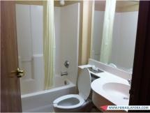 Banheiro é arrumadinho e a limpeza diária que a arrumadeira faz é boa.