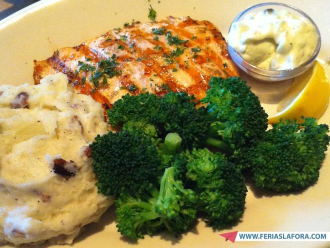 Exemplo de prato (tilápia com purê de batatas) que custa, no menu Lunch Special do The Cheesecake Factory, 12 dólares.