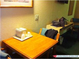 Mesinha para tomar café da manhã em paz. Dica: levar a bandeja para buscar café e waffles no refeitório.