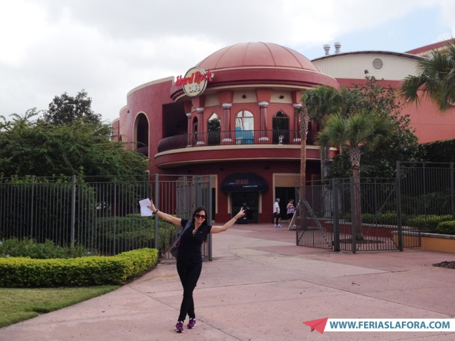 O Hard Rock Cafe de Orlando fica no Universal City Walk, entre os parques Universal Studios e Island of Adventure. Bateu fome você sai do parque andando e entra no restaurante.