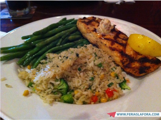 A comida estava boa, mas podia ser melhor no aspecto. Notem que o arroz não estava muito bonito rs...