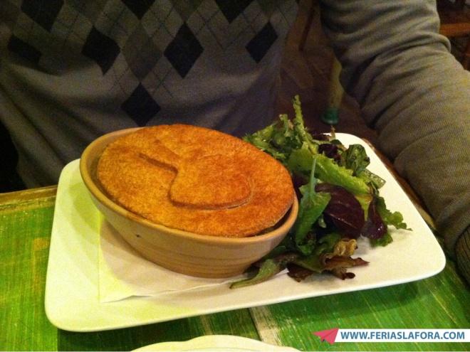 Vegetarian Mushroom Pot Pie (ou seja, um pote que tem um recheio de cogumelos e uma tampa de torta por cima).