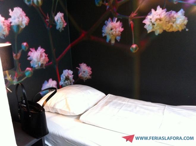 Cama de solteiro com charmoso papel de parede.
