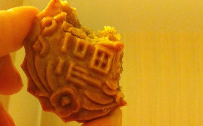 Os mooncakes são doces consumidos durante o Mid-Autumn Festival. Possuem uma massa fina com recheio de semente de lótus ou feijão vermelho. É bem trabalhoso de fazer e bem caro também. Um pequenininho como este da foto custou quase 5 reais.