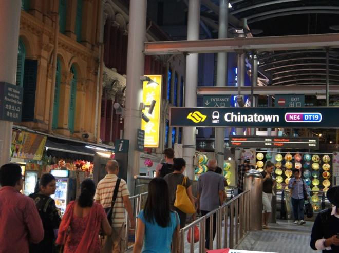 A estação de Chinatown próxima ao hostel torna a locomoção muito prática em Singapura