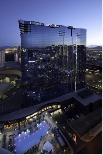 O hotel, que pertence à rede Hilton, fica colado na Strip, e dá pra fazer tudo a pé