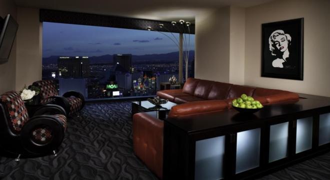 Reservamos dois quartos. Ficamos neste, que tinha uma sala com sofá cama maravilhoso, uma vista espetacular da Strip (dava para ver o balé de águas do Bellagio de sentados no sofá rsrs)...