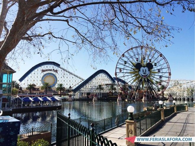 É um parque de diversões mais comum, mas tem montanha russa com loop!