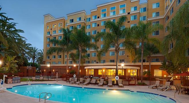 O hotel é lindo e bem cuidado por fora e por dentro, com piscina e quadras, além de uma salinha com jogos, computadores e brinquedos